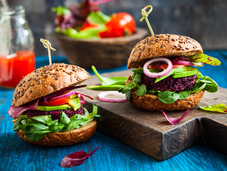 Photo pour Veggie beet and quinoa burger with avocado - image libre de droit