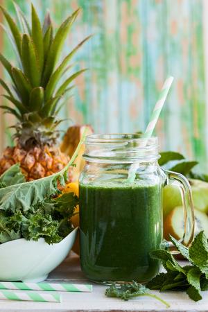 Foto de Fresh green smoothie with kale - Imagen libre de derechos