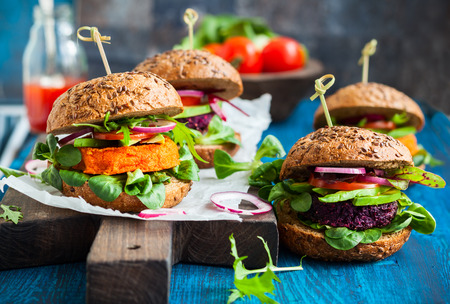 Photo pour Veggie beet and carrot burgers with avocado - image libre de droit