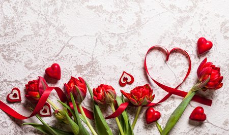 Foto de Valentines Day background with hearts and red tulips - Imagen libre de derechos