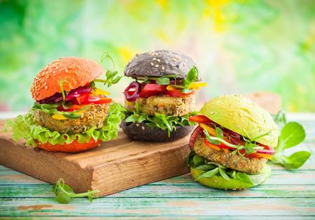 Photo pour Red, green, black mini burgers with quinoa and vegetables - image libre de droit