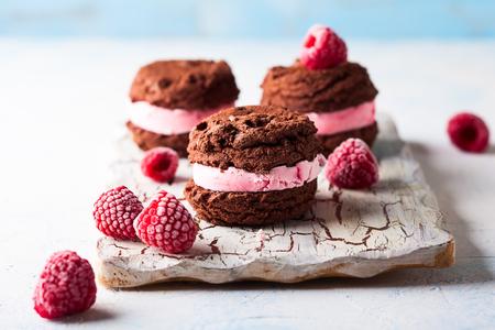 Foto de Homemade ice cream cookies sandwiches with raspberry and chocolate - Imagen libre de derechos