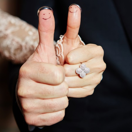 Photo pour wedding rings on her fingers painted with the bride and groom - image libre de droit