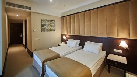 Photo pour Two beds in a hotel room. Interior design - image libre de droit
