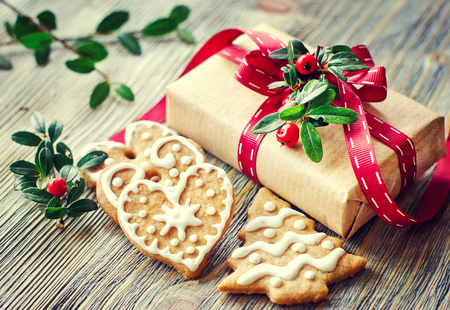 Photo pour Heart shaped cookies with icing decoration and a present box - image libre de droit