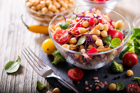 Foto de Healthy homemade chickpea and veggies salad, diet, vegetarian, vegan food, vitamin snack - Imagen libre de derechos
