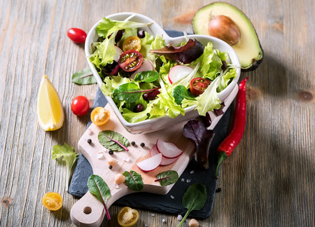 Photo pour Healthy green salad with avocado, mangold leaves, red beans and cherry tomatoes. Vegan snack, vitamins, vegetarian food and diet concept - image libre de droit