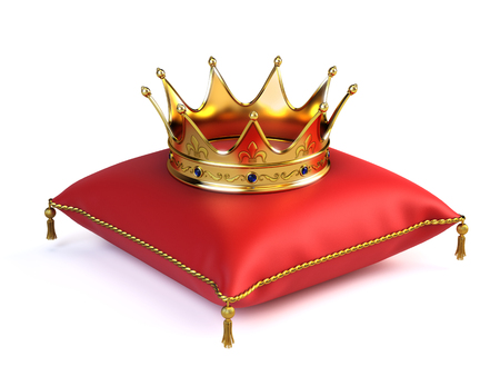 Photo pour Gold crown on red pillow - image libre de droit