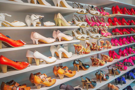 Photo pour Shoes in a shoe store - image libre de droit