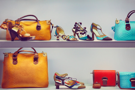 Photo pour Shop window with bags and shoes - image libre de droit