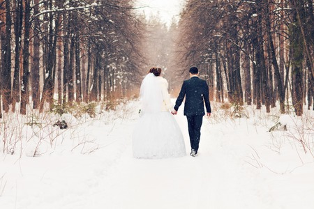 Photo pour bride and groom in the winter woods. - image libre de droit