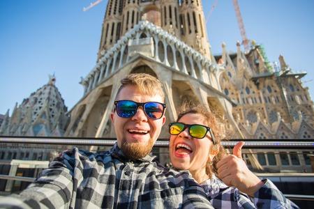 Foto de Travel, holidays and people concept - Happy couple taking selfie photo in Barcelona - Imagen libre de derechos
