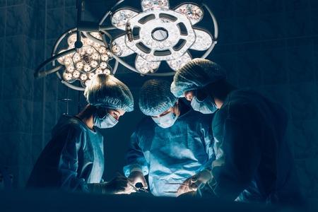 Foto de Surgeons team working with Monitoring of patient in surgical operating room - Imagen libre de derechos