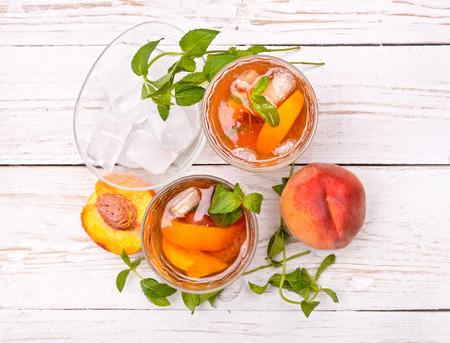 Foto de Ice tea with peach. - Imagen libre de derechos
