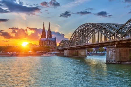 Foto de View on Cologne at sunset - Imagen libre de derechos