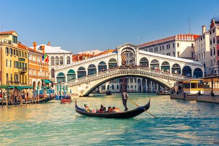 Foto de Gondola near Rialto Bridge in Venice, Italy - Imagen libre de derechos