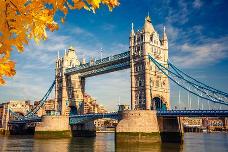 Photo pour Tower bridge in London - image libre de droit