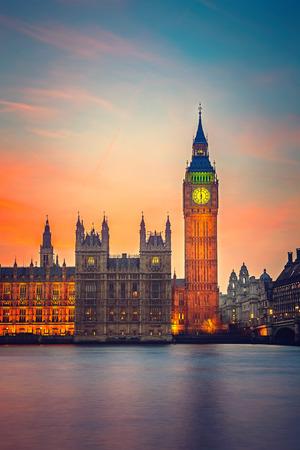 Foto de Big Ben and Houses of parliament at dusk in London - Imagen libre de derechos