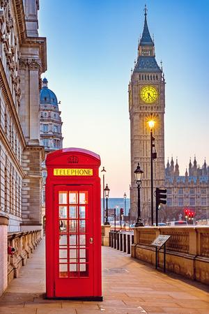 Foto de Traditional red phone booth and Big Ben in London - Imagen libre de derechos