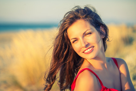 Foto de Outdoor portrait of attractive young woman - Imagen libre de derechos