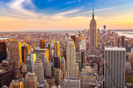 Photo pour Aerial view of New York City Manhattan at sunset - image libre de droit