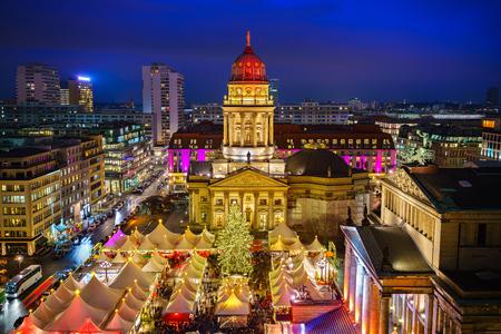 Foto de Christmas market, Deutscher Dom and konzerthaus in Berlin, Germany - Imagen libre de derechos