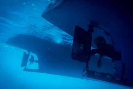 Foto de Underwater view to yacht rudder and prop - Imagen libre de derechos