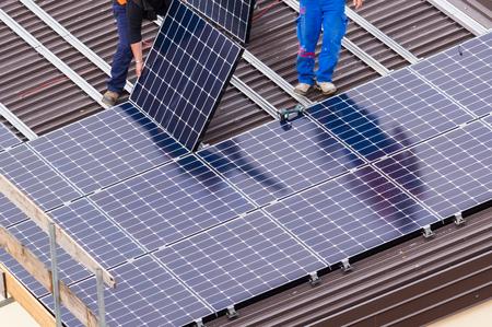 Foto de Installation of solar panels on a roof. - Imagen libre de derechos