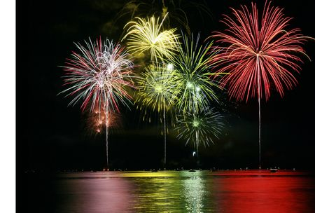 Photo pour Colorful Fireworks for the Grand Finale over Lake - image libre de droit