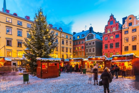 Foto de Beautiful snowy winter scenery of Christmas holiday fair at the Big Square  Stortorget  in the Old Town  Gamla Stan  in Stockholm, Sweden - Imagen libre de derechos