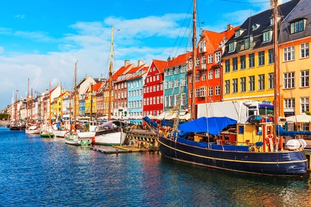 Foto de Scenic summer view of Nyhavn pier with color buildings, ships, yachts and other boats in the Old Town of Copenhagen, Denmark - Imagen libre de derechos