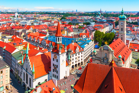 Foto de Scenic summer aerial panorama of the Old Town architecture of Munich, Bavaria, Germany - Imagen libre de derechos