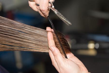 Foto de cutting hair in a beauty salon - Imagen libre de derechos