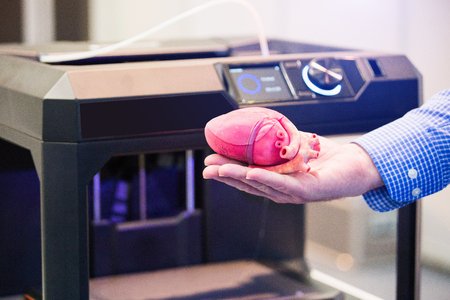 Photo pour The engineer demonstrates the heart printed on a 3d printer - image libre de droit
