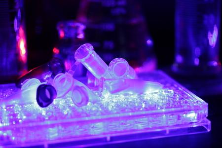 Foto de Laboratory equipment, glass and microplates, sterilizing in UV light - Imagen libre de derechos