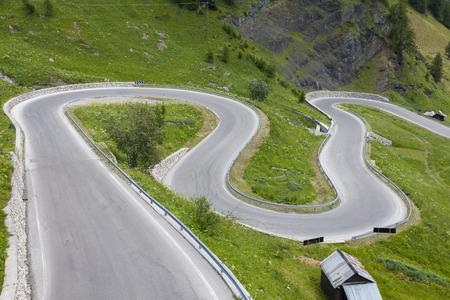 Foto de A winding, dangerous mountain road - Imagen libre de derechos