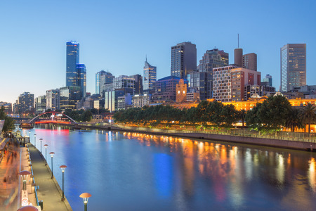 Photo pour The Melbourne CBD and Yarra river at night - image libre de droit