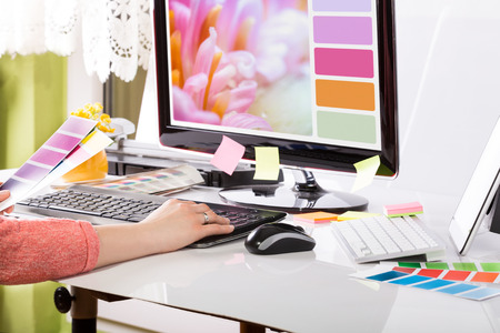 Foto de Graphic designer at work  Color swatch samples  - Imagen libre de derechos
