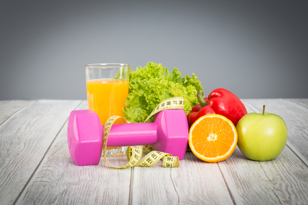Photo pour Fitness concept with dumbbells and healthy food. - image libre de droit