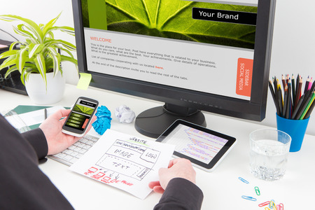 Photo pour Designer's desk with responsive web design concept. - image libre de droit