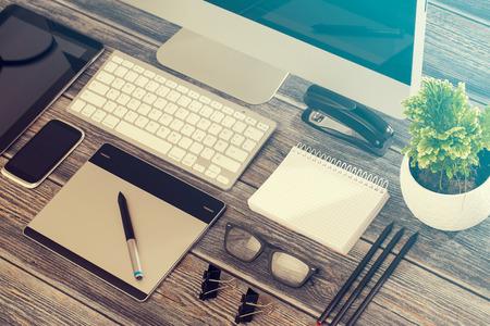 Photo pour Designer's desk with responsive design mockup concept. - image libre de droit