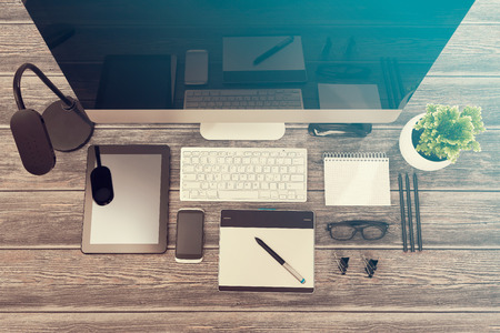Photo pour Designer's desk with responsive design mockup concept. - image libre de droit