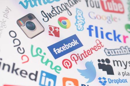 Foto de BELCHATOW, POLAND - DECEMBER 28, 2014: Popular social media website logos on computer screen - Imagen libre de derechos