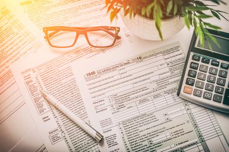 Photo pour tax return form income calculator irs individual - image libre de droit