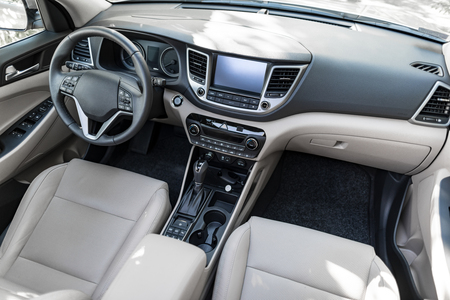 Foto de Luxury car interior - steering wheel, shift lever and dashboard. - Imagen libre de derechos