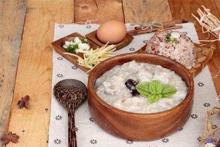 Foto de Brown rice porridge put pork and brown rice with soft-boiled egg - Imagen libre de derechos