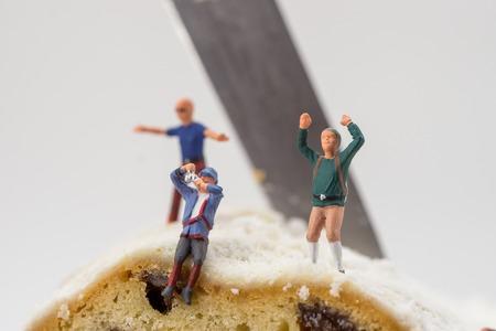 Foto de Miniature toy climber with cake and raisins - Imagen libre de derechos