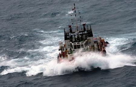 Foto de offshore vessel at sea during monsoon seasoon - Imagen libre de derechos