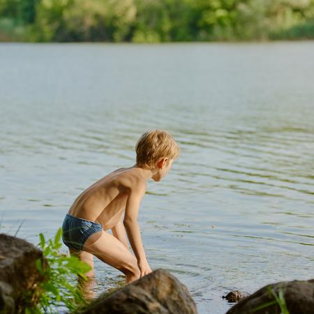 Foto de Boy near river - Imagen libre de derechos