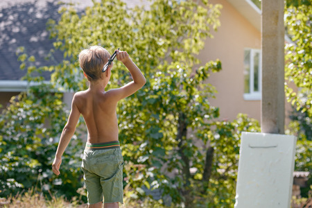 Foto de Boy throwing kunai - Imagen libre de derechos